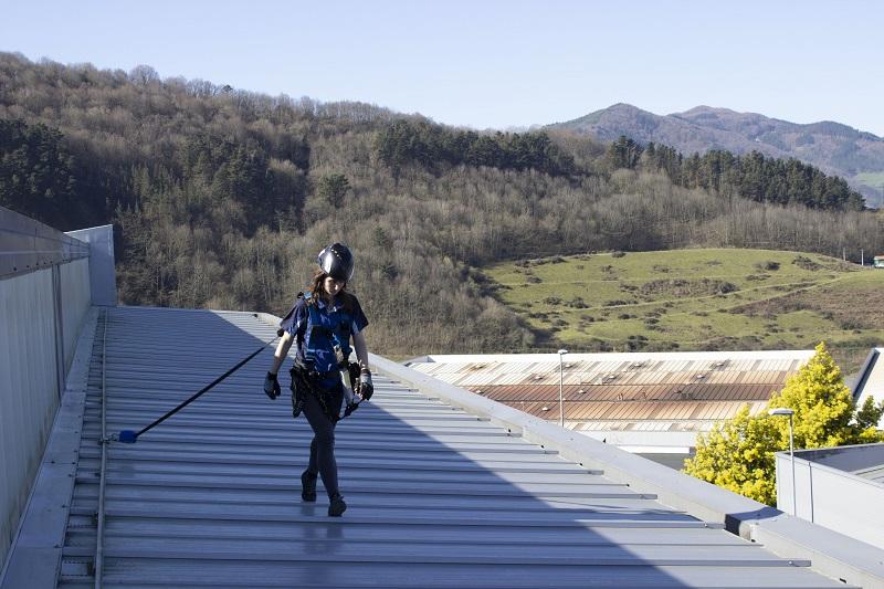 Visszahúzható zuhanásgátló használata lapos tetőn
